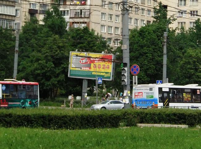 падающая рекламная конструкция, расположенная на углу ул.ярослава гашека и малой балканской, сторона б. фото advmarket.ru, 2013 год.