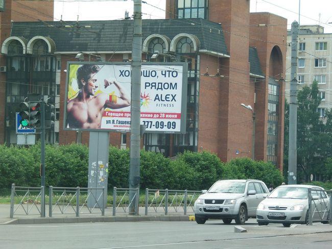 падающая рекламная конструкция, расположенная на углу ул.ярослава гашека и будапештской, сторона б. фото advmarket.ru, 2013 год.