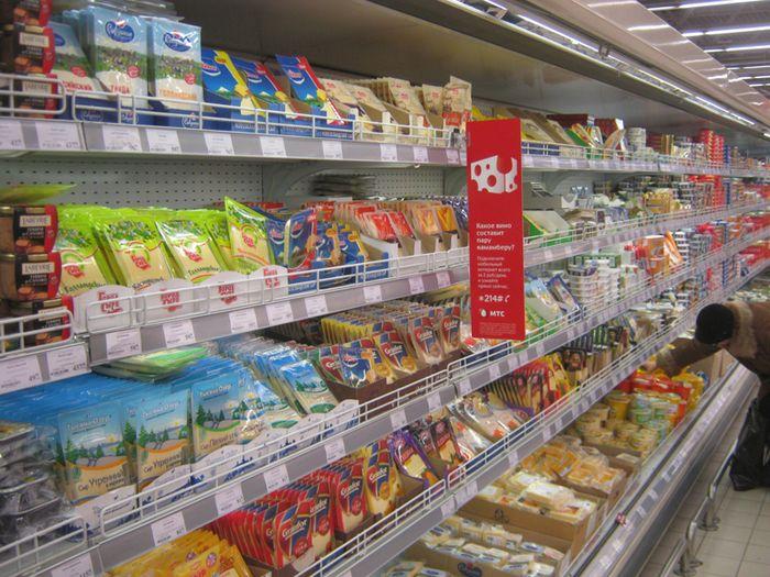Реклама МТС на стеллажах с продуктами питания, 2014 год.